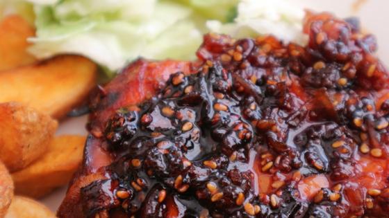 Makkelijk recept voor sticky chicken van kippendijen uit de oven
