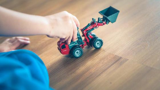 Speelzolder voor je kinderen inrichten, kindje speelt met graafwagen