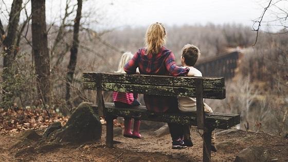 Behulpzaam of bemoeizucht de bemoeiing van anderen bij jouw ouderschap