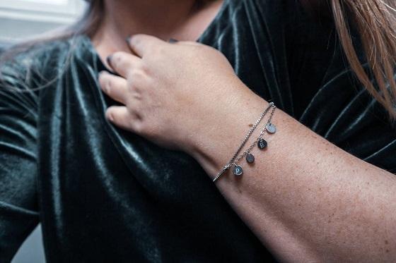 Gepersonaliseerde zilveren armband met bedels en initialen