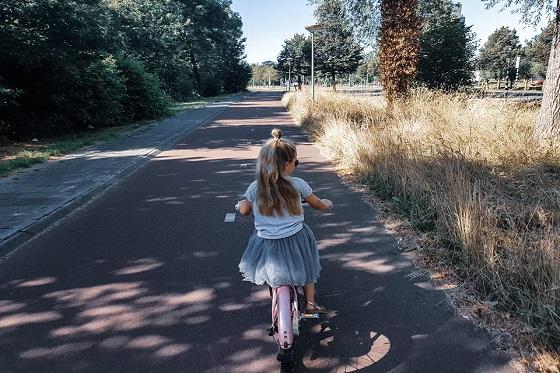 Kleuter aan het fietsen