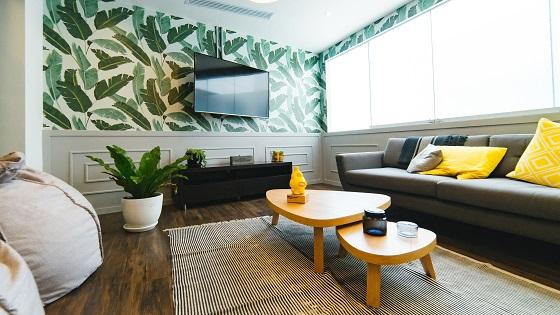 behang met bladeren en gele accenten in interieur