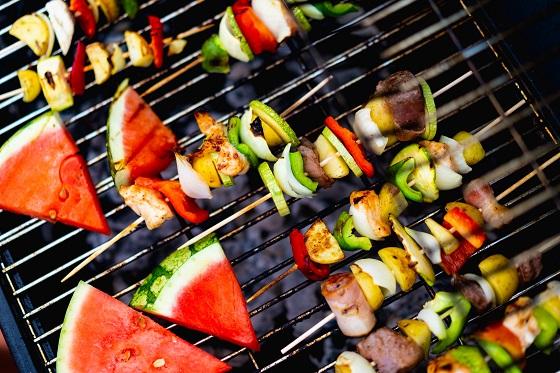 Fruit, groentes en vlees op de BBQ