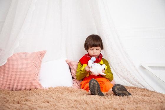 Lees- speelhoekje kinderkamer met gordijn