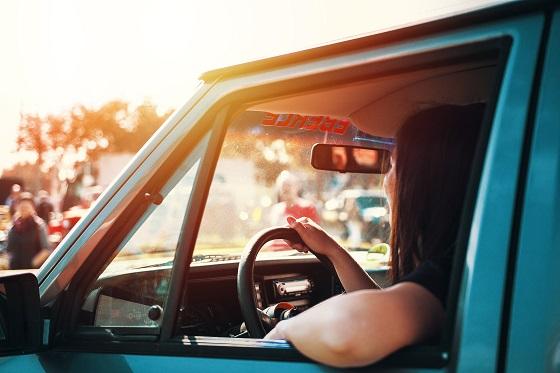 Wat voor autorijder ben ik- vrouw in auto aan het stuur