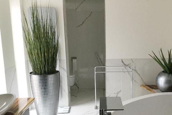 urban jungle met kunstplanten in de badkamer
