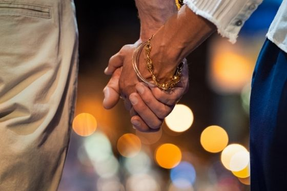 date night elkaars hand vasthouden