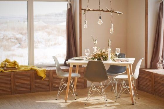 meerdere hanglampen boven de eettafel