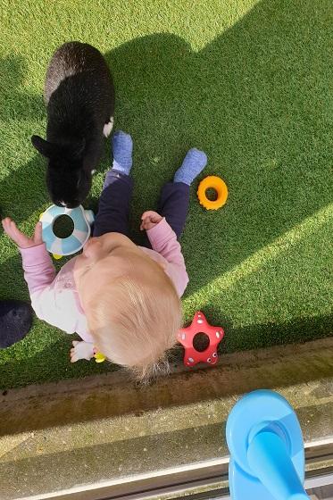 spelen met badspeelgoed van Sophie de giraf