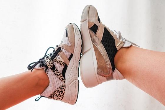 Sneakers twinning moeder en dochter zomer